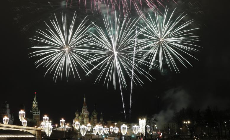 Nước Nga đã chào đón năm mới 2018. Hàng ngàn người đã tập trung trên đường phố ở thủ đô Moscow, Nga để chứng kiến màn trình diễn pháo hoa ngoạn mục trong khoảnh khắc giao thừa.Pháo hoa thắp sáng cả một vùng trời gần cung điện Kremlin và các tòa nhà khác ở Moscow.