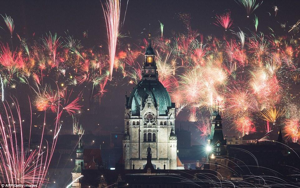Tòa thị chính tại phía Bắc nước Đức cũng nổi bần bật trong đêm giao thừa.