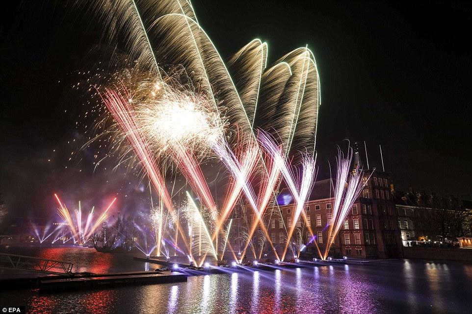 Màn bắn pháo hoa tại Binnenhof ở thành phố The Hague, Hà Lan.