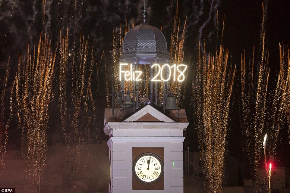 Khi đồng hồ tại Cổng mặt trời điểm 0h, mọi người cùng đếm ngược, chào đón năm 2018.