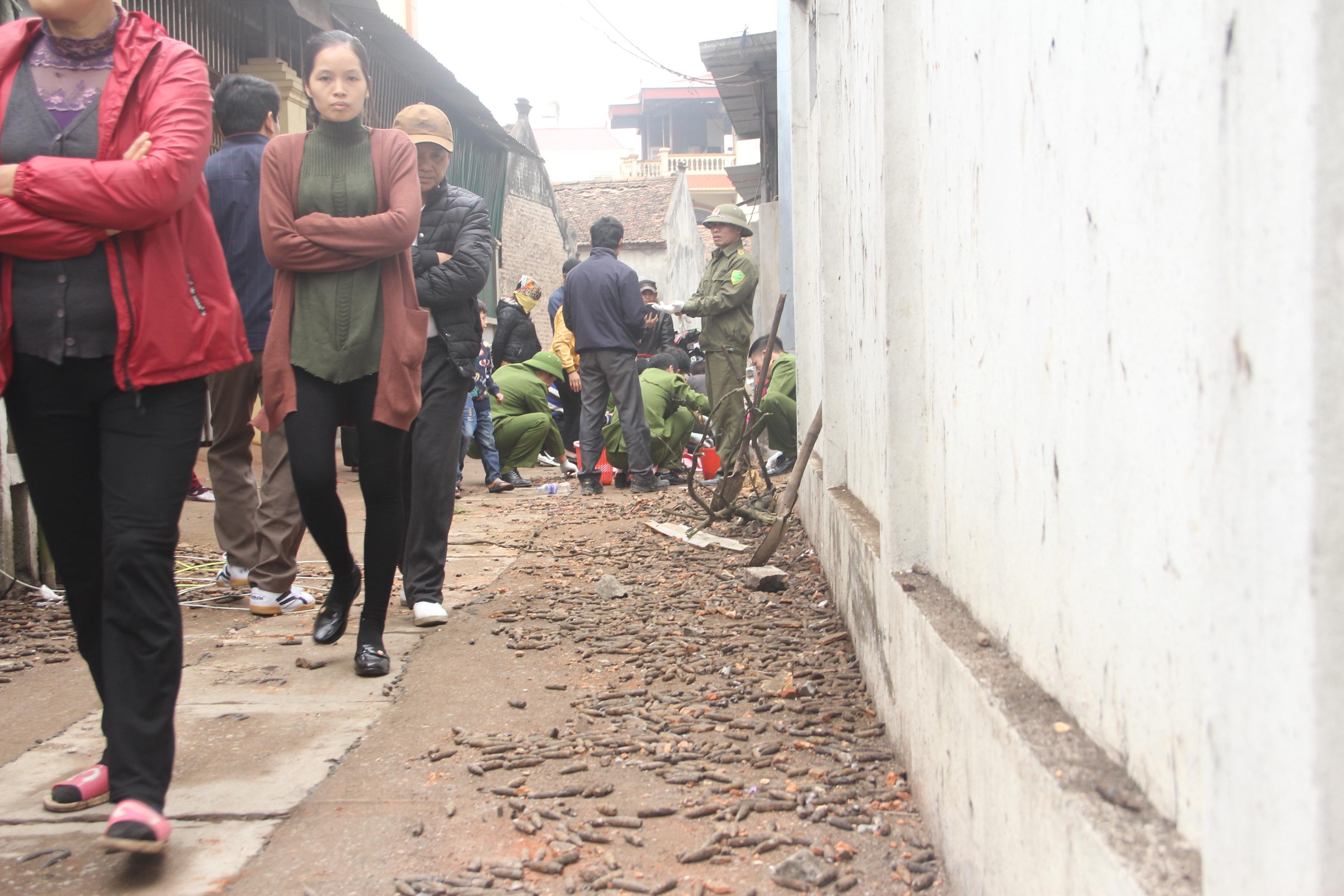 Lực lượng công an đang thu gom vỏ đạn quanh các hộ dân.