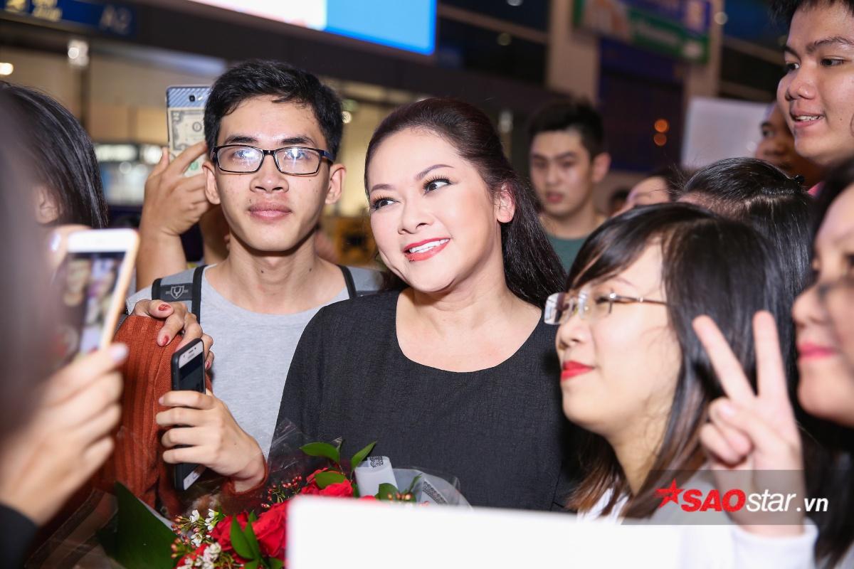 Nụ cười hạnh phúc của ca sĩ Như Quỳnh khi nhận được tình cảm yêu mến nồng nhiệt từ khán giả quê nhà.