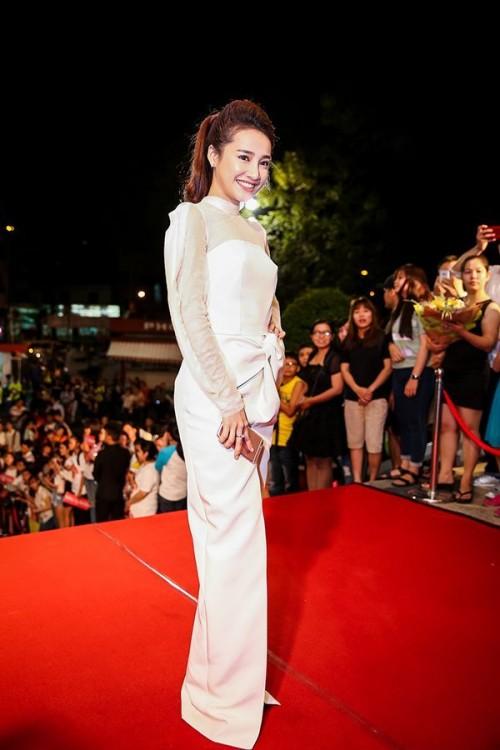 Nhã Phương xinh đẹp với đầm trắng dài trên thảm đỏ.