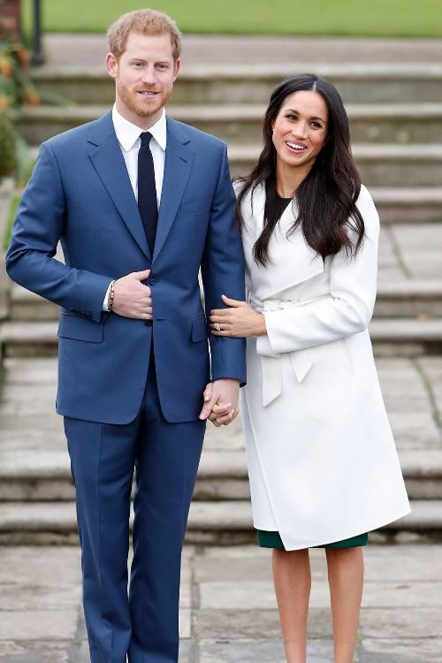 Trong lần đầu tiên công khai xuất hiện cùng hoàng tử Harry, Meghan Markle đã diện áo khoác trắng của hãng Line. Vị công nương mới chọn bộ đồ kín đáo, phù hợp trong lần đầu ra mắt. Các nàng công sở đua nhay học hỏi phong cách này đến mức chiếc áo khoác trắng nhanh chóng cháy hàng.