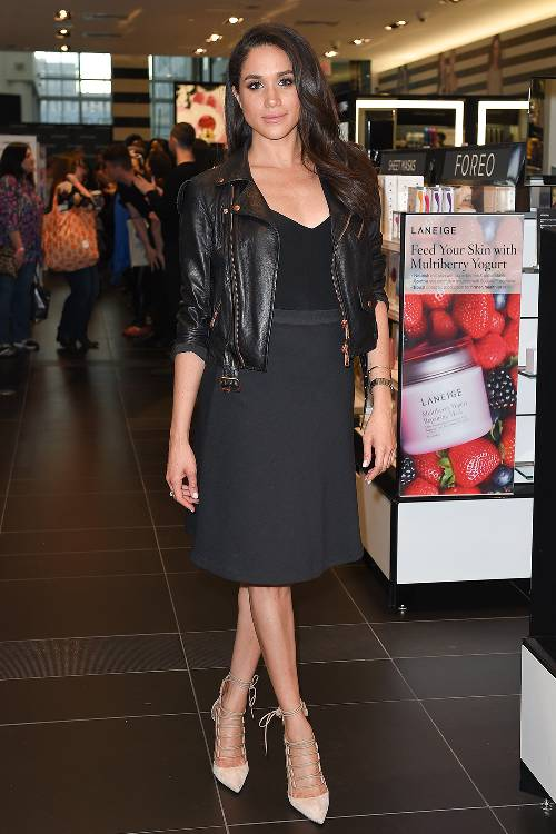Meghan Markle ăn mặc không hề ngẫu nhiên tùy hứng mà cô nàng có công thức hẳn hoi. Với những chiếc váy liền thân, Meghan Markle thường khoác ngoài áo da đen thêm phần cá tính.