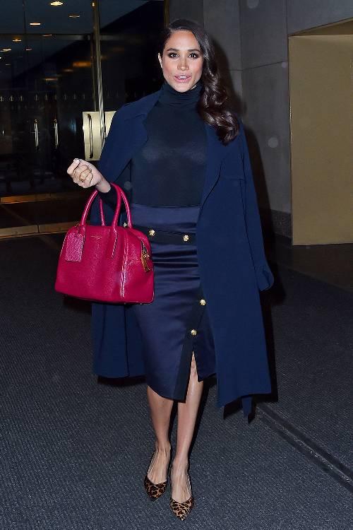 Trong một lần khác, Meghan Markle diện ton sur ton từ váy tới áo khoác với tông màu xanh cobalt. Điểm nhấn của outfit là chiếc túi màu hồng tiện dụng.