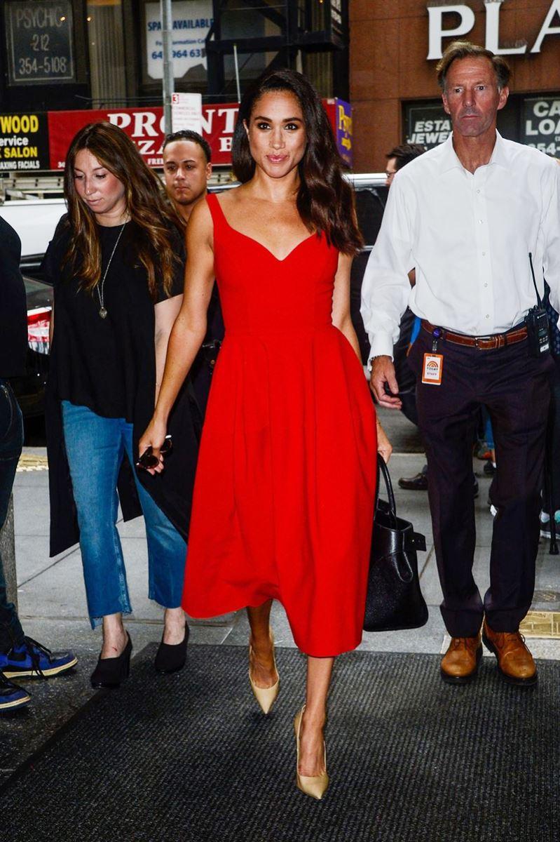 Meghan Markle có lần xuất hiện nổi bật với bộ váy đỏ xẻ ngực vừa phải, vừa đủ độ mềm mại và gợi cảm.