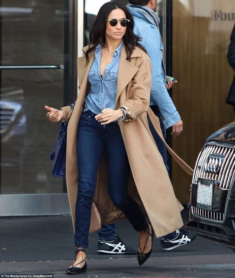 """Thêm một lần Meghan Markle cho thấy, cô hoàn toàn không phải """"gồng mình"""" để làm đẹp. Chiếc áo khoác màu camel của Meghan Markle khiến cô nàng nổi bật trên phố."""