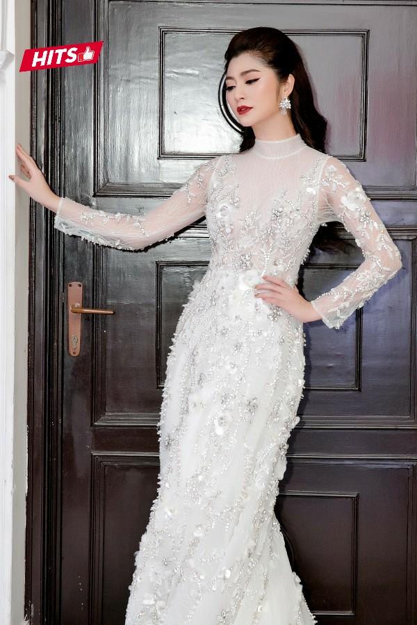 Không chỉ có phần đuôi lộng lẫy, phía trước của chiếc váy cũng được đính kết rất cầu kỳ, công phu. Ngoài ra, phom dáng đuôi cá cũng giúp người mặc tôn dáng.