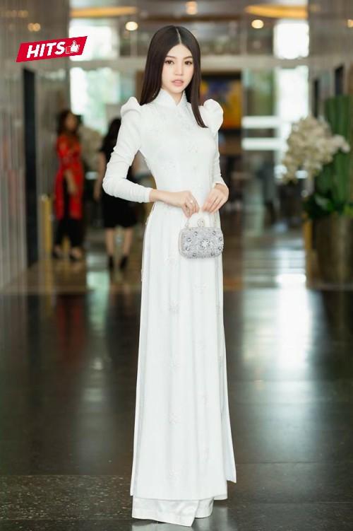 Lựa chọn tà áo dài trắng có phần vai bồng, Jolie Nguyễn khoe vẻ đẹp nền nã, thanh tao. Đặc biệt, chiếc clutch ánh kim trở thành điểm nhấn hoàn hảo trong cả set đồ, vừa nữ tính, vừa sang trọng.