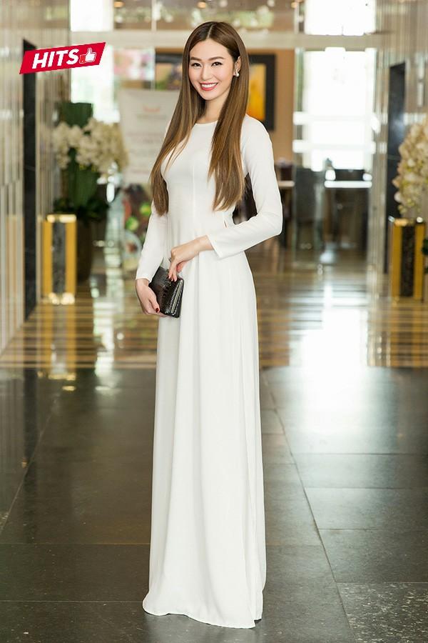 Trái ngược với phong cách sexy thường thấy, Khánh My cũng lựa chọn tà áo dài trắng tinh khôi, e ấp khi tham dự một sự kiện tuần qua. Chiếc clutch đen đơn giản giúp người đẹp tạo điểm nhấn , khiến bộ cánh không trở nên đơn điệu.
