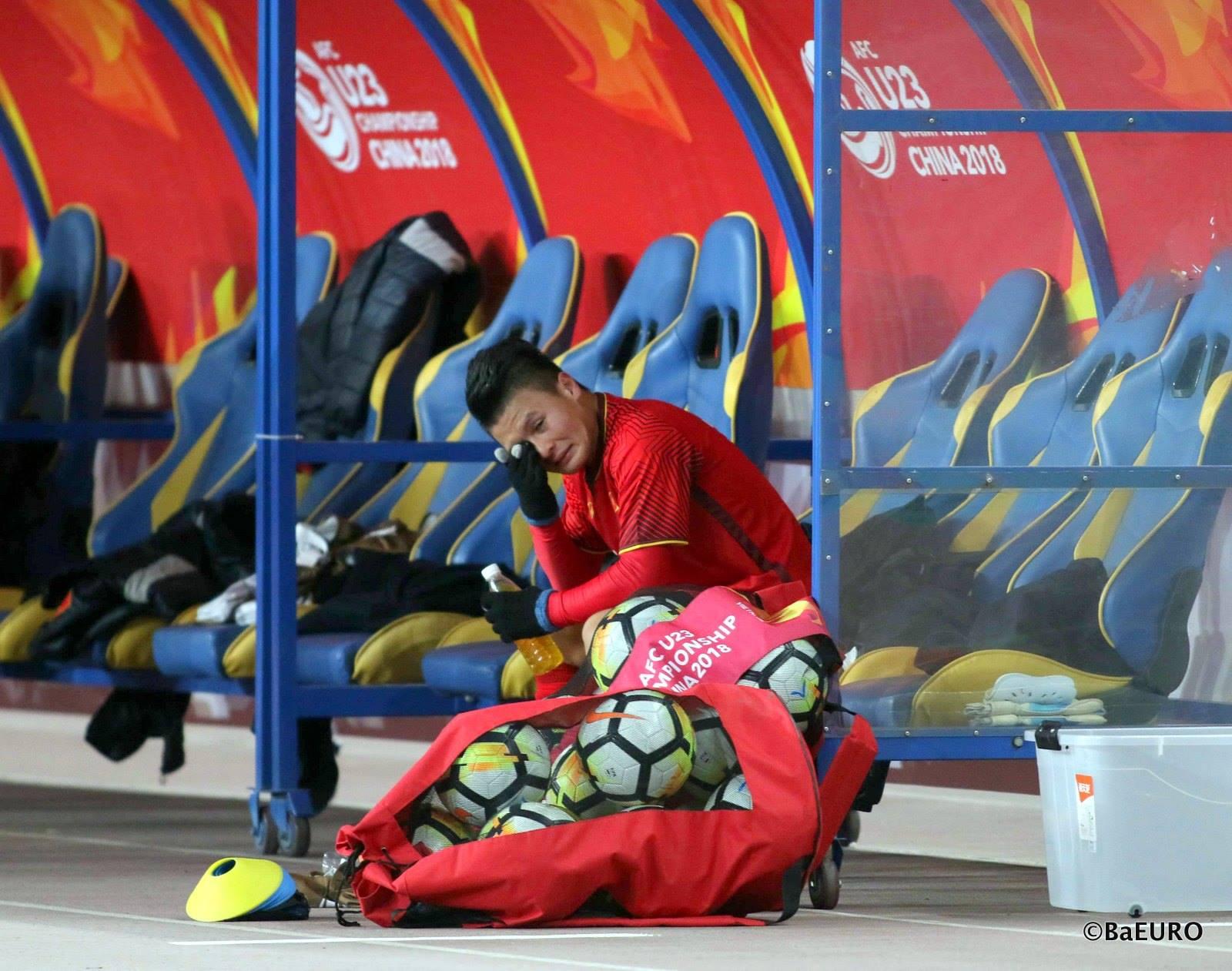 """Sau khi tiếng còi kết thúc trận vang lên, """"người hùng"""" của U23 Việt Nam ngồi trong cabin khóc. Những giọt nước mắt hạnh phúc """"đốn tim"""" các CĐV nhà. Ảnh: Ba Euro."""