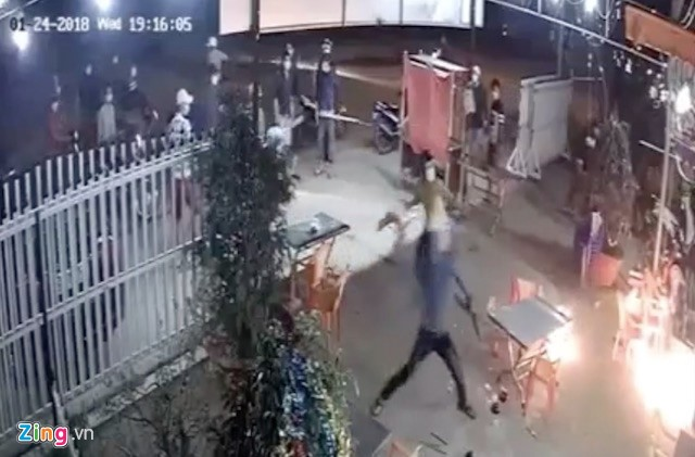 Nhóm thanh niên mang hung khí xông vào quán đòi chém người. Ảnh cắt từ clip
