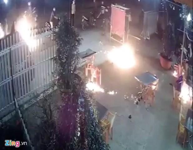 Chủ quán dùng bom xăng chống trả. Ảnh cắt từ clip.
