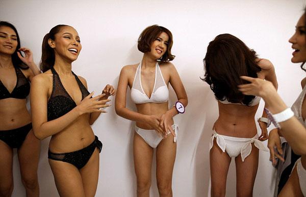 Các cô gái rất vui vẻ và thoải mái làm quen với nhau.