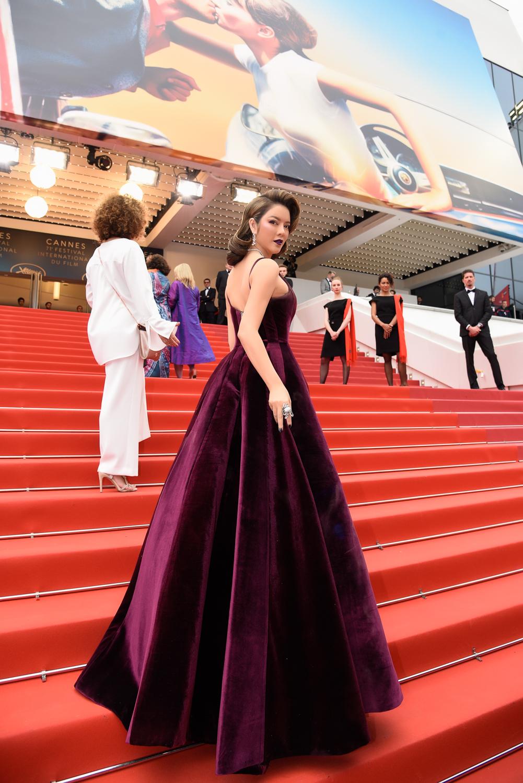 NTK Đỗ Long điểm xuyết từng đường nét trên bộ váy càng tạo thêm vẻ quý phái, sang trọng.Năm nay, Lý Nhã Kỳ diện trên thảm đỏ Cannes những bộ đầm dạ hội chủ yếu là các thiết kế của các nhà tạo mốt danh tiếng tại Việt Nam. Không chỉ riêng Cannes mà những sự kiện trong nước và quốc tế gần đây, Lý Nhã Kỳ thường xuất hiện trong những bộ thiết kế mang thương hiệu Việt.