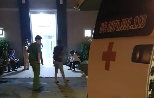Thi thể bé N. được đưa vào nhà xác bệnh viện. Ảnh: báo Người Lao Động.