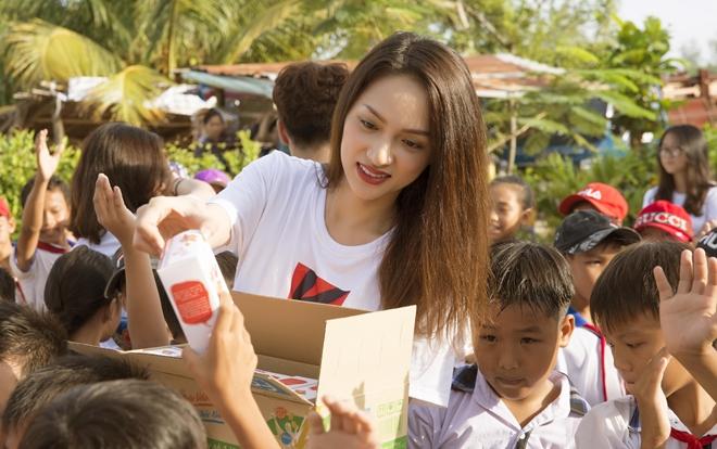 Rũ bỏ vẻ 'sang chảnh', Hương Giang dốc lòng vì dự án xây trường cho trẻ em nghèo