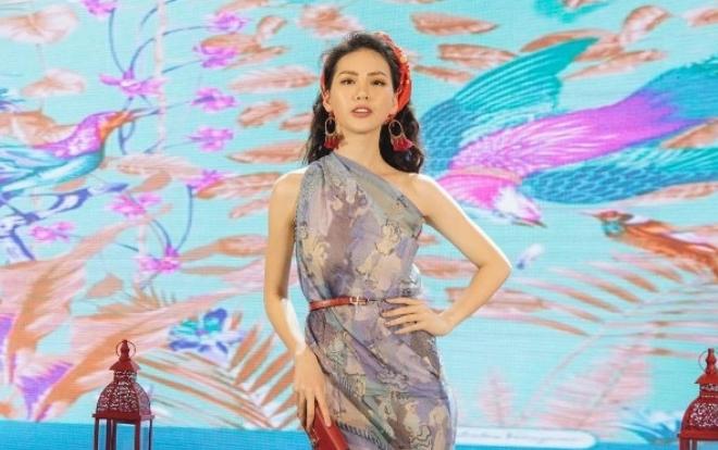 Quỳnh Hoa cùng dàn siêu mẫu 2018 gây ấn tượng khi quấn khăn làm áo