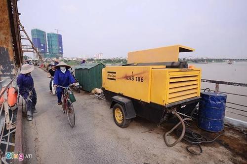 Cạo gỉ sắt cầu Long Biên bằng phun cát áp lực