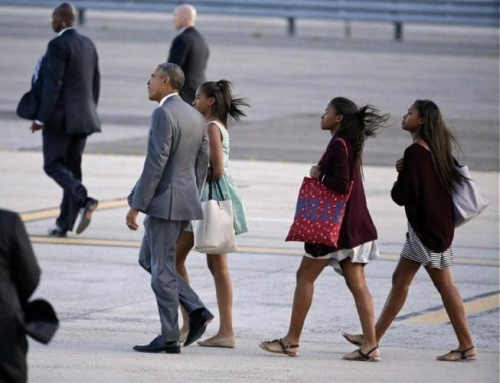 Tổng thống Obama cùng con gái Sasha (thứ 2 từ phải sang) và hai người bạn của cô chuẩn bị lên trực thăng Marine One về sân bay JFK International để trở về thủ đô Washington .