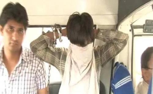 Nghi phạm Ravinder Kumar, 24 tuổi, (che mặt). Ảnh: NDTV