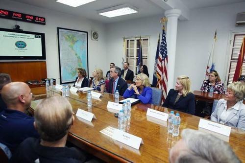 Phu nhân của phó tổng thống Mỹ cùng đoàn quan chức Mỹ đến thăm Văn phòng tìm kiếm người Mỹ mất tích (DPAA) ở Hà Nội. Ảnh: NGUYỄN KHÁNH