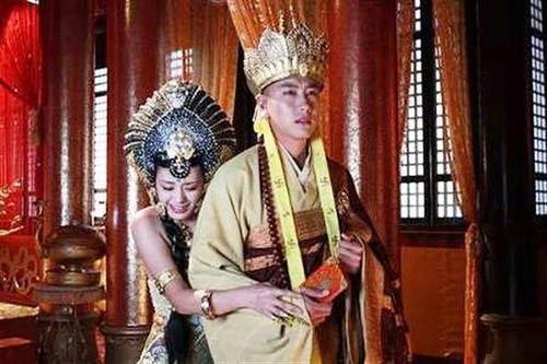 Nữ vương Tây Lương táo bạo ôm Đường Tăng trong phiên bản 2009.
