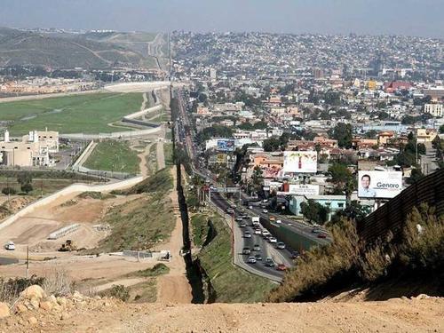 Hàng rào biên giới dọc Mỹ và Mexico. Bên trái hàng rào là bang Baja California của Mexico, bên phải là thành phố San Diego thuộc bang California của Mỹ.
