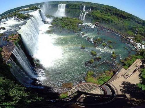 Thác Iguaza chính là biên giới tự nhiên nằm giữa bang Parana của Brazil với tỉnh Misiones của Argentina.