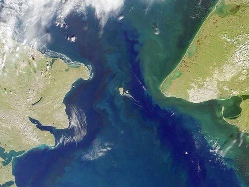 Eo biển Bering ngăn cách giữa bán đảo Seward, bang Alaska (Mỹ), với bán đảo Chukotskiy Poluostrov của Siberia thuộc Nga. Nằm giữa eo biển này chính là quần đảo Diomede (gồm hai đảo lớn và đảo nhỏ). Tuy nằm cạnh nhau, nhưng đảo Diomede Lớn có múi giờ theo nước Nga, đảo Diomede nhỏ tính giờ theo Mỹ. Giờ chính thức giữa Nga và Mỹ chênh nhau 21 tiếng.