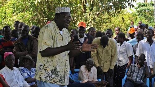 Malik Obama là anh trai cùng cha khác mẹ với ông Barack Obama. Ông cũng là một chuyên gia kinh tế tại Kenya. Trong lễ cưới của ông Barack, ông Malik đã tham gia với vai trò phù rể.