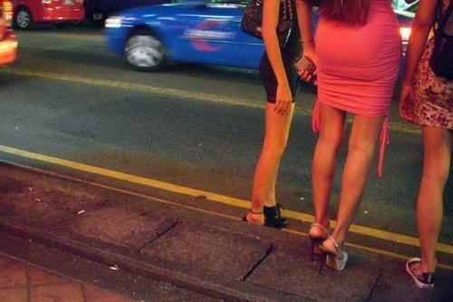 Gái mại dâm đứng chờ tìm khách ở khu Geylang. Ảnh: Straits Times