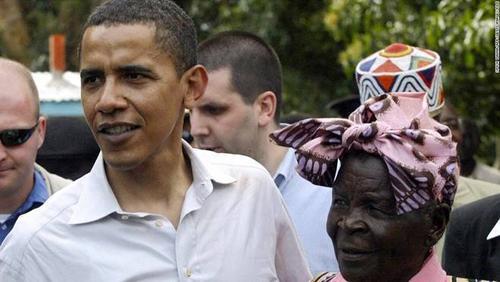 Bà Sarah Onyango Obama, bà nội của ông Obama (phải), từng làm đầu bếp cho một đoàn truyền giáo từ Anh ở Kenya. Khi cháu trai đắc cử tổng thống Mỹ nhiệm kỳ đầu, gia đình bà không có tivi để theo dõi khoảnh khắc này. Hiện bà vẫn sống ở làng Kogelo.