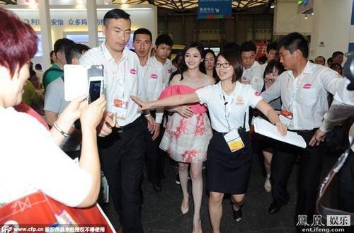 Đây là lần đầu tiên cô xuất hiện kể từ khi mẹ chồng - bà Trương Lam tuyên bố mất chức Chủ tịch Hội đồng quản trị kiêm Giám đốc tập đoàn Tiếu Giang Nam. Vì thế, ngay từ khi xuất hiện, cô đã bị bao vây bởi đám đông phóng viên cùng người hâm mộ.