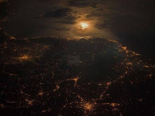Ảnh chụp biên giới giữa Pháp và Italia vào lúc 23h từ Trạm vũ trụ quốc tế (ISS). Ba vùng ánh sáng mạnh lần lượt là thành phố Torino (Italia), Lyon và Marseille (Pháp).