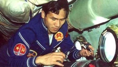 Phạm Tuân tiến hành thí nghiệm trên trạm vũ trụ Chào mừng 6.