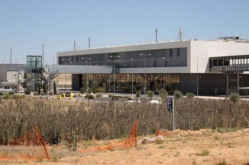 Sân bay Ciudad Real Central nằm cách thủ đô Madrid của Tây Ban Nha khoảng 240 km về phía nam. Nó từng được xây dựng với chi phí hơn 1 tỷ USD.
