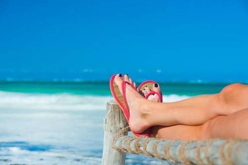 Dép xỏ ngón hay còn gọi là flip-flops dễ gây té ngã và làm viêm kẽ ngón chân, bên cạnh hàng loạt tác hại khác.