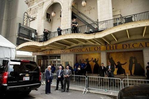 Các nhân viên Mật vụ Mỹ đứng bên ngoài Nhà hát Richard Rodgers chờ gia đình Tổng thống Obama vào xem .