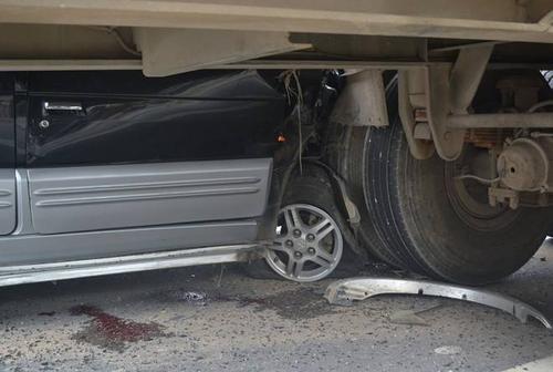 Bánh xe ôtô nổ lớp, dính sát bánh xe container.