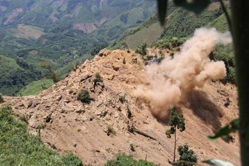 Thuốc nổ được kích hoạt đánh sập các hầm vàng.