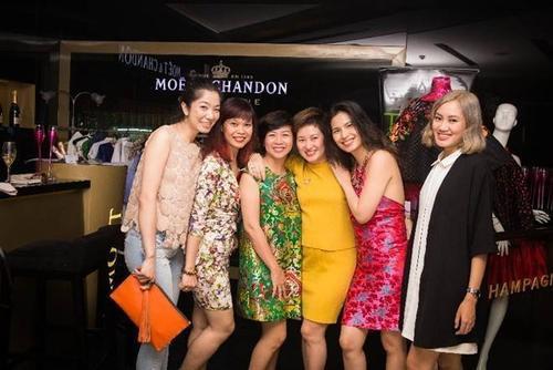 """NTK Thủy Nguyễn (áo đỏ) trong buổi giao lưu """"All about brocade"""" (tạm dịch: Tất cả về gấm) tại Champagne Corner, khách sạn Caravelle Saigon."""
