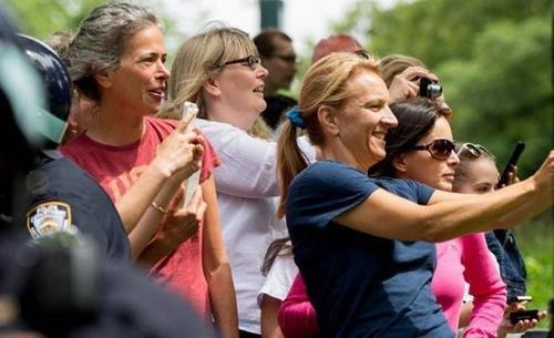 Nhiều du khách đến thăm Công viên đã chụp ảnh Tổng thống Mỹ đi cùng 2 cô con gái là Sasha và Malia .