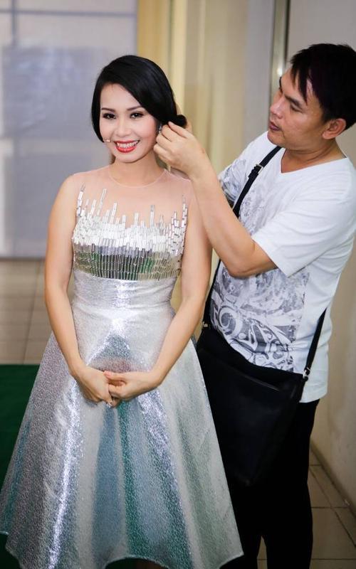 Nữ huấn luyện viên Cẩm Ly lộng lẫy với bộ váy màu bạc.