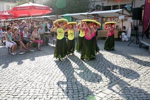 Nón quai thao Việt rực rỡ trên đường phố Đức