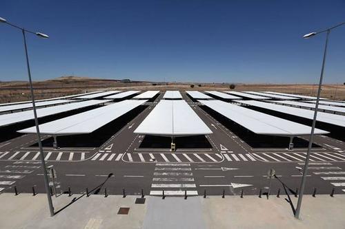 Tuy nhiên, phi trường này không hoạt động kể từ khi khai trương vào năm 2008. Nó là ví dụ cho sự bất cẩn trong chi tiêu của chính phủ Tây Ban Nha sau khi công ty chủ quản của sân bay phá sản vào năm 2012. Nguyên nhân là do Ciudad Real Central không thể thu hút khách du lịch.