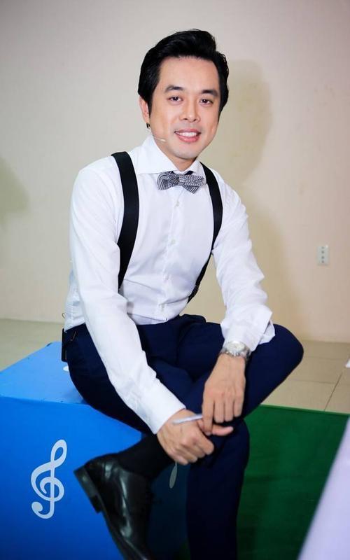 Nhạc sĩ Dương Khắc Linh đơn giản với áo sơ mi trắng, quầy tây. Chỉ trong tập đầu tiên được phát sóng, tác giả Papa được nhiều khán giả yêu mến bởi sự đáng yêu, vui vẻ trên ghế nóng.