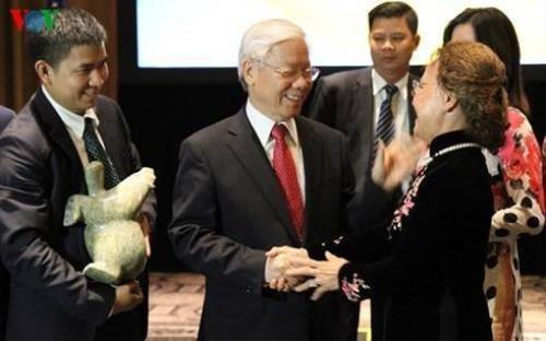 Tổng Bí thư căn dặn bà con kiều bào phải luôn nghĩ mình là người Việt Nam.