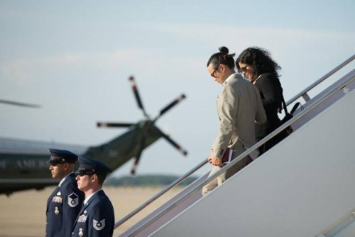 Em gái Tổng thống Obama Maya Soetoro-Ng cùng chồng Konrad Ngwalk rời chiếc chuyên cơ Air Force One tại căn cứ không quân Andrews sau khi đi cùng Tổng thống đến New York.